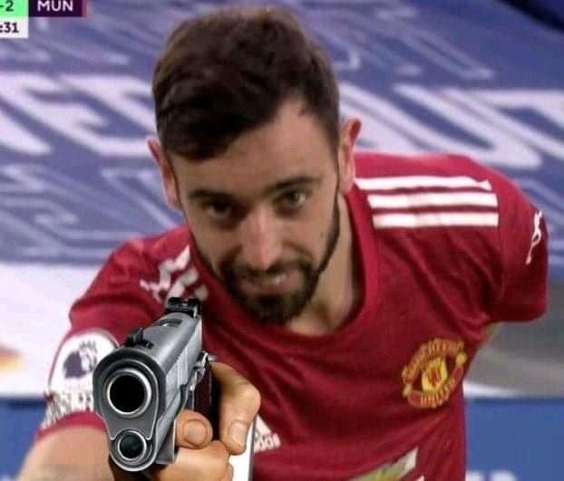 Bruno của Man Utd cầm súng chĩa vào màn hình