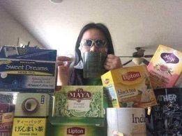 Cô gái đeo kính đen ngồi uống trà giữa rất nhiều hộp trà hóng drama