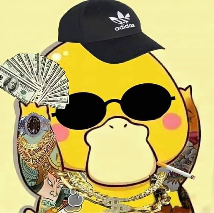Vịt Vàng xăm trổ hút thuốc cầm tập tiền đô la