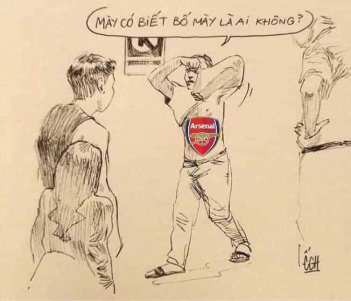 Fan Arsenal cởi áo: mày có biết bố mày là ai không?